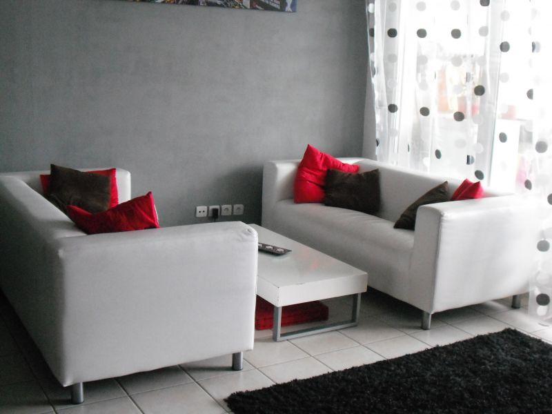a vendre 2 canap s blancs. Black Bedroom Furniture Sets. Home Design Ideas