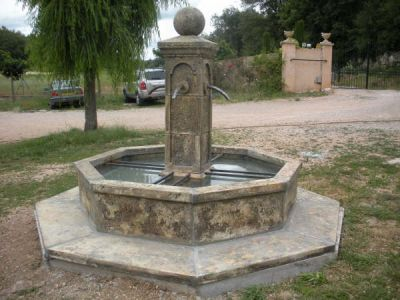 fontaine centrale de village